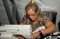 """Francisca Leuda Canuto de Souza e a filha Érica Canuto de Araújo fazem reparos e ajustes de emergência em desfiles do Fashion Rio. """"Quando acaba e o pessoal grita, é uma alegria. Dá orgulho de ver as nossas peças. Quando elas saem em revistas então, eu falo para os outros: """"essa aí fui eu que fiz"""""""", conta Francisca"""