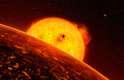 """O exoplaneta CoRoT-7b foi o primeiro planeta rochoso confirmado fora do nosso sistema solar e está sempre """"preso"""" à sua estrela-mãe, cuja temperatura é de 2.200 graus Celsius"""