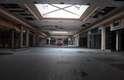 Segundo pesquisa, 15% dos shoppings centers nos EUA vão falir ou virar outra coisa nos próximos dez anos. Fotógrafo Seph Lawless acredita que imagens mostram a decadência da sociedade americana