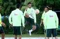 Neymar arrisca acrobacia na caixa de areia