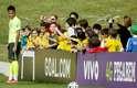 Observado por crianças, Neymar se prepara para cobrança