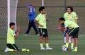 Após invadir o treino da Seleção Brasileira, um menino tirou tirou fotos com os jogadores que ainda estavam no gramado da Granja Comary