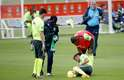 Neymar ficou no chão após sentir o tornozelo
