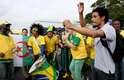 Brasileiros e turistas agitam em área próxima à Arena Corinthians faltando um dia para a abertura da Copa de 2014