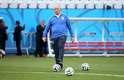 Técnico Luiz Felipe Scolari também caminhou no gramado da Arena Corinthians