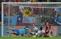 Vargas chuta forte entre Sergio Ramos e Casillas e marca o primeiro da vitória por 2 a 0 do Chile sobre a Espanha no Maracanã.