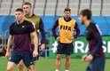 O capitão Steven Gerrard observa a movimentação dos colegas no treino na Arena Corinthians, em São Paulo, antes de pegar o Uruguai, em jogo decisivo nesta quinta-feira pelo Grupo D.