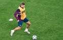 Capitão inglês, o meio-campista Steven Gerrard faz passes de bola durante o treino na Arena Corinthians, em São Paulo, antes de pegar o Uruguai, em jogo decisivo nesta quinta-feira pelo Grupo D