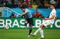 Suárez avança livre após falha da defesa inglesa e chuta forte, sem chances para Hart, marcando 2 a 1 na Arena Corinthians