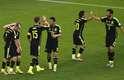 Espanhóis comemoram gol de Villa sobre a Austrália, na Arena da Baixada, em Curitiba