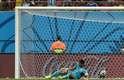 Goleiro de Honduras, Noel Valladares, não consegue defender ataque e lamenta terceiro gol da Suíça