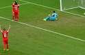 Xherdan Shaqiri e Josip Drmic comemoram terceiro gol, enquanto que goleiro de Honduras, Noel Valladares, lamenta erro na defesa
