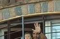 O atacante uruguaio Luis Suárez atende torcedores com os filhos Benjamin e Delfina da janela da casa da mãe em Lagomar, cidade próxima a Montevidéu. O jogador foi recepcionado por centenas de fãs após ser suspenso pela Fifa por nove jogos e por quatro meses de qualquer atividade relacionada ao futebol pela mordida dada no zagueiro italiano Chiellini. O presidente uruguaio José Mujica foi um dos que compareceu ao aeroporto para receber o atacante