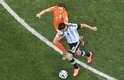 Pérez e Blind durante lance da partida entre Argentina e Holanda
