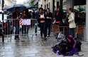 Ao lado da fila para o desfile de Jean Paul Gaultier, um grande emaranhado de tecidos se contorcia sob a chuva fina, provocando reações que iam da curiosidade à indiferença total dos convidados mais apressados