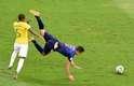Sem recurso, Fernandinho atinge Van Persie e é punido com o amarelo
