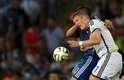 Schweinsteiger disputa bola pelo alto e leva braçada de Agüero no rosto. Ele sai sangrando de campo e é atendido pelos médicos