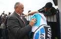O novo comandante gremista autografou bandeira de um fã