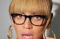 Em seu site oficial é possível ver um vídeo em que a cantora Beyonce aparece usando o acessório bucal da moda, o grillz