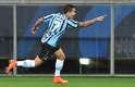 Dudu aproveita rebote e abre o placar para o Grêmio na Arena