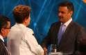 Dilma e Aécio se cumprimentam antes do início do debate, na TV Bandeirantes