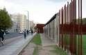 Na rua Bernauer, em Berlim, barras de ferro lembram o muro original