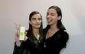 """Linda Helena, 18, e Mara Novaes, 16, tiravam fotos para postar em suas redes sociais e responderam no ato, em coro: """"quero comer de verdade"""""""
