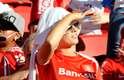 Torcida do Inter festeja Libertadores e homenageia Chapolin