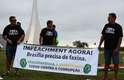 Brasília (DF) - Faixa com pedido de impeachment é levada por moradores da capital federal