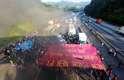 São Paulo - Manifestantes fecham a rodovia Anhanguera, na chegada da capital, no início da manhã