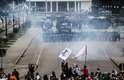 """Confronto entre a PM do Paraná e os manifestantes saiu do controle na tarde desta quarta-feira. Dezenas de pessoas ficaram feridas e a prefeitura de Curitiba considerou """"abusiva"""" a ação policial"""