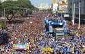 Multidão acompanhe carro de som durante a 23ª edição da Marcha para Jesus, na capital paulista