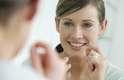 4. El cepillado de dientes después de cada comida es fundamental para evitar la caries, pero también hay riesgo de que se desarrolle un tipo de caries que sólo el hilo dental puede prevenir: son las llamadas caries interproximales, que se forman entre las paredes de los dientes.