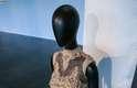 Mostra reúne composições de grifes renomadas, além de fotos e vídeos das edições que marcaram os 20 anos do São Paulo Fashion Week