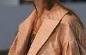 Botões poderosos enfeitam o casaco de couro texturizado da Animale