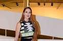 Ex-BBB 15, Tamires Peloso, chegou ao SPFW vestindo um cropped e uma saia preta mais longa de cintura alta