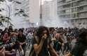 Polícia dispara bombas de efeito moral durante protesto do Movimento Passe Livre (MPL) na cidade de São Paulo