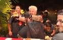 Guy Fieri - O descontraído chef celebridade Guy Fieri assina os hambúrgueres do Guy's Burger Joint, nos navios da Carnival Cruise Line. Os sanduíches são feitos em estilo norte-americano, na hora, acompanhados de batatas fritas e com várias opções de recheios