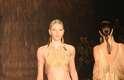 Aline Weber também desfila top com tiras propostos por Água de Coco. As costas do modelo de Isabeli Fontana também vem com o trabalho.
