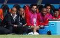 Do banco, Salah acompanha atento ao jogo ao lado de companheiros e comissão técnica