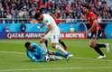 Suárez invade a área, não chuta, não dribla o goleiro e desperdiça mais uma ótima chance para o Uruguai