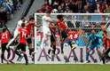José Gimenez sobe alto e cabeceia para marcar o gol uruguaio contra o Egito