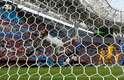 Em chute de Pogba, bola bate no travessão e quica dentro do gol