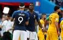 Pogba e Giroud se cumprimentam após a vitória da França por 2 a 1 sobre a Austrália na estreia da Copa