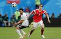 Brasileiro Mario Fernandes e Trezeguet disputam a bola