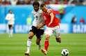 Denis, da Rússia, e Mohsen, do Egito, disputam a bola
