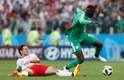 Volante da Polônia Krychowiak tenta parar a jogada do atacante de Senegal Niang