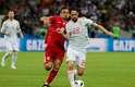 Isco disputa a bola com Omid Ebrahimi