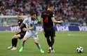 Messi e Perisic disputam a bola