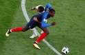 Jogador peruano agarra Pogba para tentar impedi-lo de prosseguir na jogada